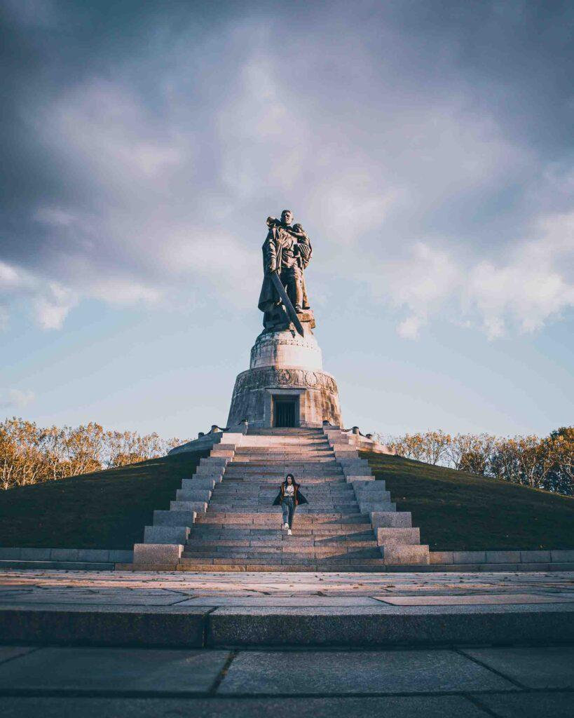 Monumento soviético no Treptower Park, em Berlim. O parque é um ponto turístico alternativo na cidade