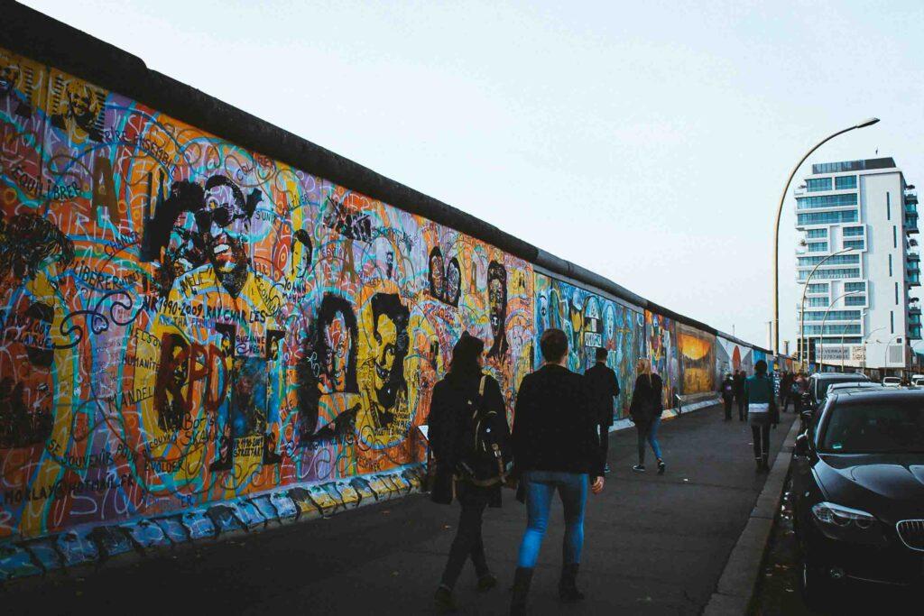 Muro de Berlim e free walking tour para conferir a street art. O tour guiado é uma ótima opção para entender mais da arte berlinense