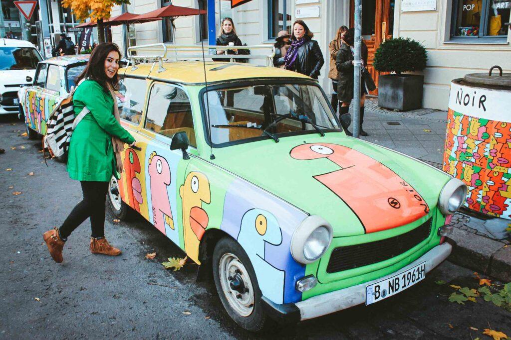 O Trabant é um carro soviético usado na Alemanha Oriental, produzido no período da Guerra Fria. Em Berlim é possível fazer passeios de Trabant