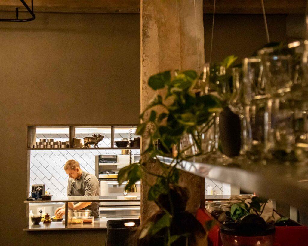 Cozinha do Momo Grill, restaurante especializado em carnes da Lituânia