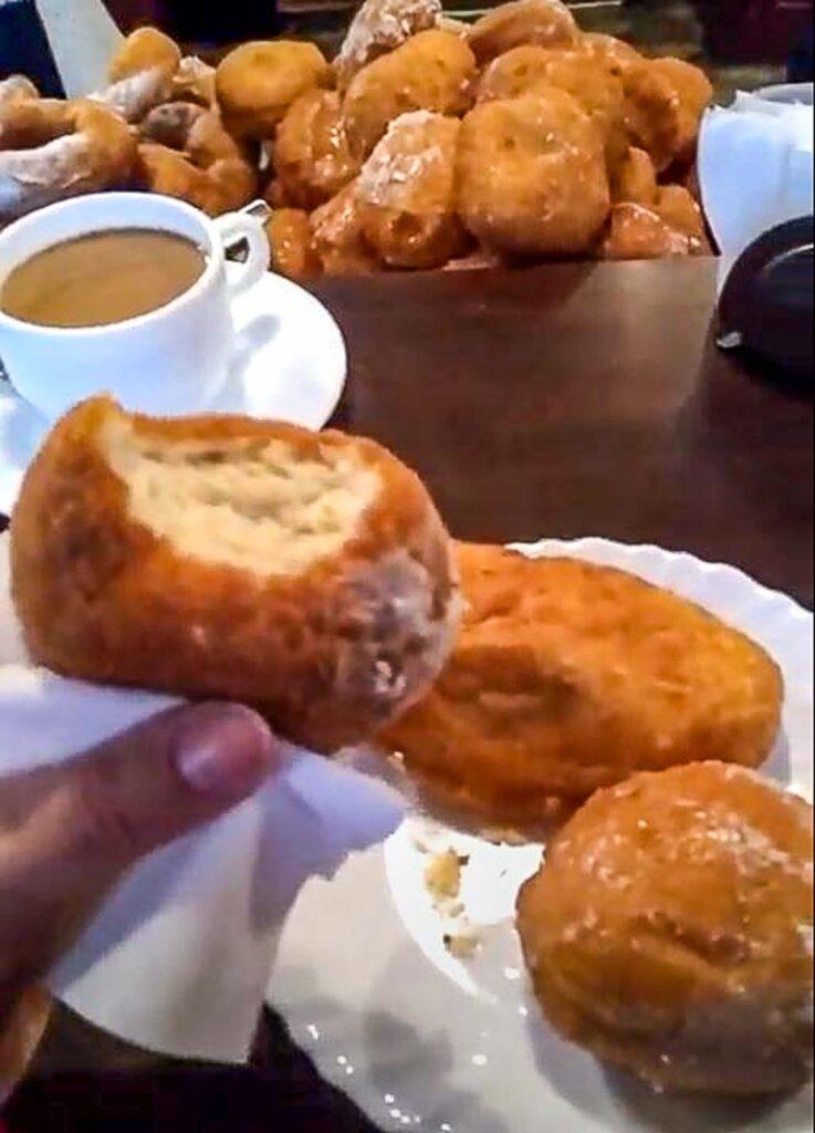 Spurgos, ou Donut Lituano, é uma das coisas para se comer quando visitar a Lituânia. Massa frita, recheada com carne ou geléias