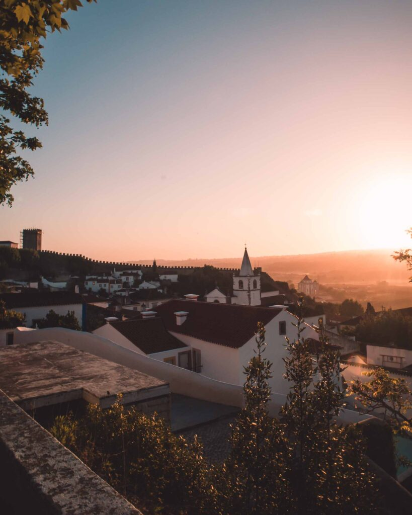 Óbidos é uma cidade medieval amuralhada de Portugal. A cidade portuguesa tem diversas atrações para conferir: igrejas, ruelas, muralha e muito mais.