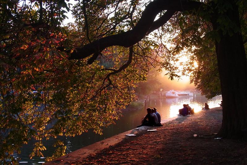 Landwehrkanal é um canal que corta a cidade de Berlim e é um ótimo lugar para visitar no final da tarde, principalmente no verão