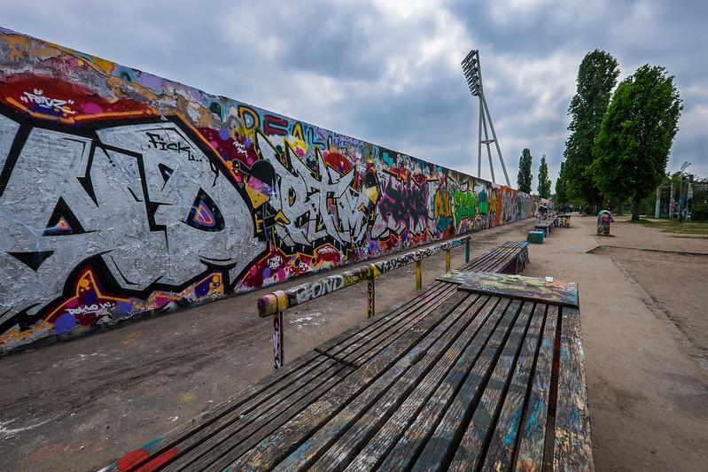O Mauerpark tem pedaços do antigo muro de Berlim cobertos com grafite e abriga uma feira de antiguidades e mercado de pulgas todos os domingos