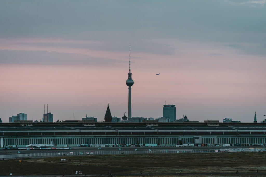 O antigo aeroporto de Tempelhof hoje é o maior parque de Berlim e uma atração para visitantes e moradores